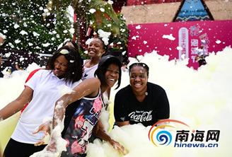 组图 | 三亚:中外游客泡沫中共舞 冰爽泡沫过盛夏