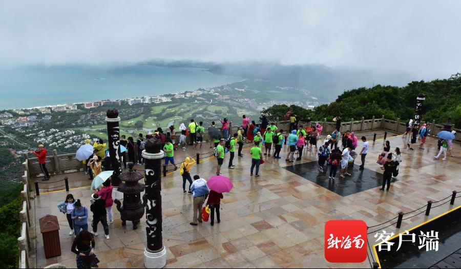 组图 | 重阳节游人在亚龙湾热带天堂登高望远