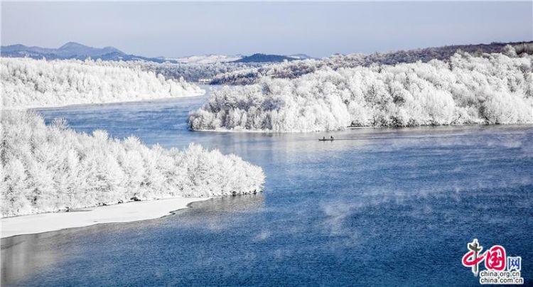露水河长白山狩猎场是一个以原始森林为主,集山川、溪瀑、雾凇、冰雪于一体,以长白山风情和林区文化为特色,以森林探险、围场狩猎、休闲度假、冬泳漂流、生态考察等为主要内容的多功能综合性旅游景区。共分4个开放式狩猎区、1个封闭区和1个繁殖区,由于大面积原始森林的遗存以及保存完整的森林生态,使得这里成了野生动物栖息繁衍的理想乐园。繁殖驯养了马鹿、梅花鹿、狍子、野猪、野兔、山鸡等几十种动物,猎源极其丰富。有山兔狩猎区和鹿园,配置了标准的猎枪、充足的弹药,配备了专业导猎员。同时,设有标准的移动射击靶场和电控气动炮